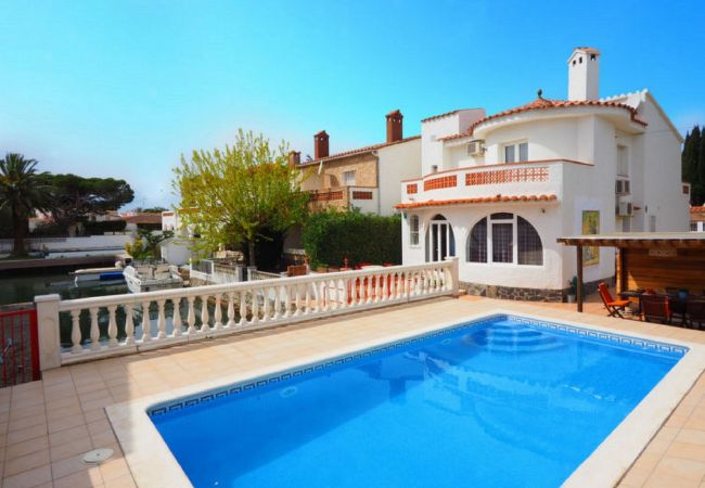 House in Empuriabrava - Nice house on the canal with 2 private moorings, pool and wifi-354