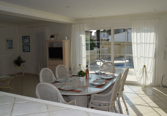 House in Empuriabrava - Detached house for 6 persons with pool and garden-wifi-385